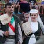 Лаваш на плече, красное яблоко в доказательство девственности — и прочие традиции армянской свадьбы